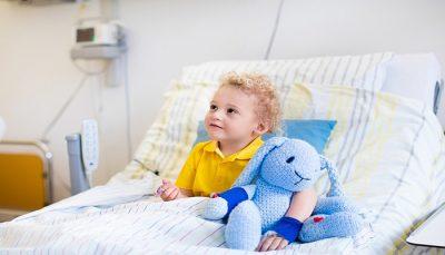Kādos gadījumos vecāks drīkst palikt pie bērna slimnīcā bez maksas
